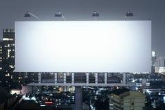Insegna sulla parte anteriore del fondo della città di notte Fotografia Stock Libera da Diritti
