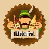 Insegna verde della decorazione di festa di festival di Patric Hold Beer Bottles Oktoberfest Immagini Stock Libere da Diritti