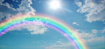 Insegna viva del sito Web del cielo dell'arcobaleno fotografie stock