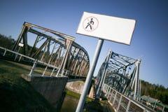 Insegna vuota in bianco davanti al vecchio ponte della ferrovia nessun trespassin Fotografia Stock