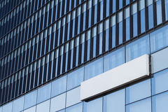 Insegna vuota quadrata su una costruzione con l'architettura moderna Fotografia Stock Libera da Diritti