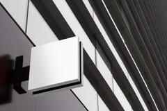 Insegna vuota quadrata su una costruzione con l'architettura moderna Fotografia Stock