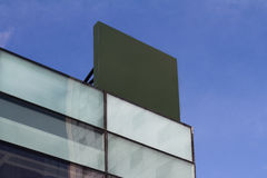 Insegna vuota quadrata su una costruzione con l'architettura moderna Immagine Stock