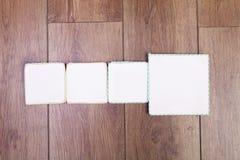 Insegna vuota Quattro spazi fatti a mano scrivibili Backgrou di legno Fotografia Stock