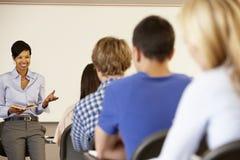 Insegnamento afroamericano dell'insegnante alla parte anteriore di classe Immagini Stock