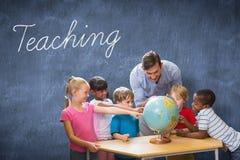 Insegnamento contro la lavagna blu Fotografia Stock