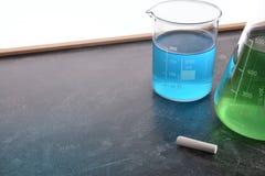 Insegnamento di chimica con la lavagna con gli strumenti chimici Immagine Stock