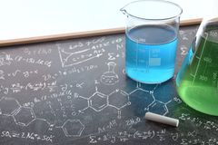 Insegnamento di chimica con la lavagna tirata con i instrumen chimici Fotografie Stock