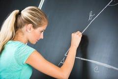 Insegnante abbastanza giovane istituto universitario/della scuola elementare Immagini Stock