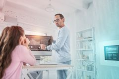 Insegnante abile che indica lo schermo mentre parlando con suo allievo attento Immagine Stock Libera da Diritti