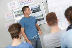 Insegnante al gruppo di formazione della classe anteriore fotografie stock libere da diritti