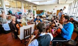 Insegnante alla classe dell'orchestra della scuola di musica fotografia stock