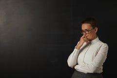 Insegnante in blusa bianca alla lavagna fotografia stock