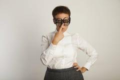 Insegnante in blusa bianca con 3 paia dei vetri Fotografia Stock