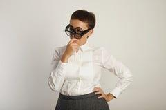 Insegnante in blusa bianca con 3 paia dei vetri immagine stock libera da diritti