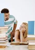 Insegnante che aiuta allievo teenager uno su uno Immagine Stock