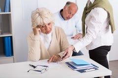 Insegnante che aiuta femmina invecchiata preoccupata Fotografia Stock