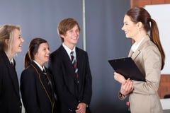 Insegnante che comunica con allievi Fotografie Stock