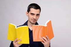 Insegnante che esamina i libri con sospetto. Domandarsi dello studente. Immagini Stock