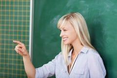 Insegnante che indica su qualcuno nell'aula Fotografia Stock