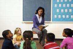 Insegnante che legge agli allievi Fotografia Stock Libera da Diritti