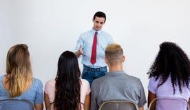 Insegnante che parla agli studenti all'aula Fotografia Stock