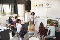 Insegnante che presenta agli allievi di scienza della High School, angolo alto Fotografia Stock Libera da Diritti