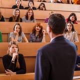 Insegnante che spiega qualcosa agli studenti Fotografie Stock Libere da Diritti