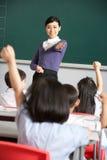 Insegnante con gli allievi nell'aula cinese del banco Immagine Stock