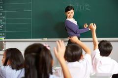 Insegnante con gli allievi nell'aula cinese del banco Fotografia Stock