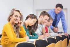Insegnante con gli studenti all'aula Immagine Stock