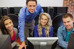 Insegnante con gli studenti nel centro di calcolo Fotografia Stock