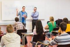 Insegnante con gli studenti nell'aula Fotografia Stock