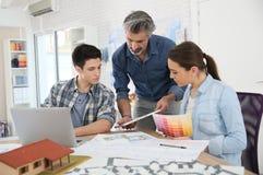 Insegnante con gli studenti nella classe di architettura Immagini Stock Libere da Diritti