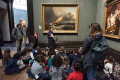 Insegnante con i bambini nel National Gallery, Londra Fotografia Stock