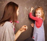Insegnante con l'allievo in aula Fotografia Stock
