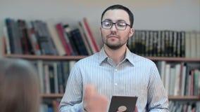 Insegnante con la compressa digitale che dà lezione in aula video d archivio