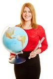 Insegnante con un globo girante come conferenziere di geografia Immagine Stock