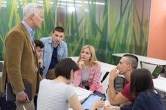 Insegnante con un gruppo di studenti in aula Fotografia Stock Libera da Diritti