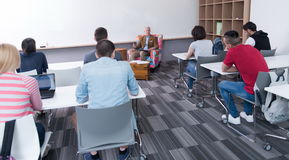 Insegnante con un gruppo di studenti in aula Fotografie Stock