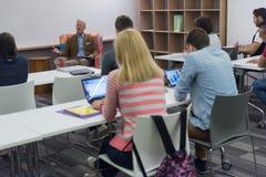 Insegnante con un gruppo di studenti in aula Fotografie Stock Libere da Diritti