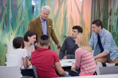 Insegnante con un gruppo di studenti in aula Fotografia Stock