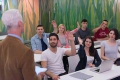 Insegnante con un gruppo di studenti in aula Immagini Stock Libere da Diritti