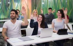 Insegnante con un gruppo di studenti della High School in aula Fotografie Stock