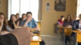 Insegnante con un gruppo di studenti della High School in aula Vista dalle mani dell'insegnante che spiega la conferenza Fotografie Stock Libere da Diritti