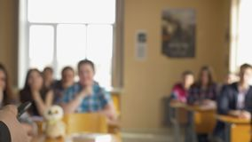 Insegnante con un gruppo di studenti della High School in aula Vista dalle mani dell'insegnante che spiega la conferenza video d archivio