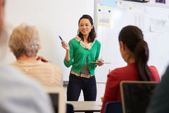 Insegnante davanti agli studenti ad una classe di corsi per adulti Fotografia Stock Libera da Diritti