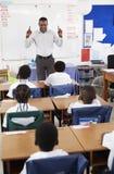 Insegnante davanti all'aula dei bambini della scuola elementare Fotografia Stock Libera da Diritti