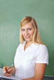 Insegnante davanti alla lavagna Fotografia Stock