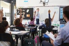 Insegnante dell'apprendista che impara come insegni agli studenti elementari Fotografie Stock Libere da Diritti